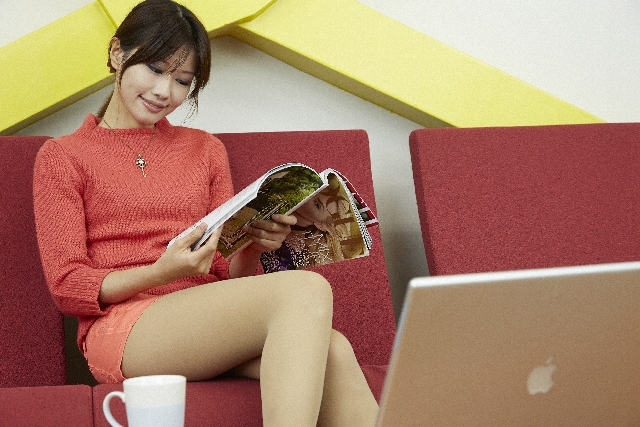 週刊文春を読む女性